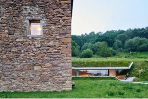 Landaburu Borda. Бетонная подземная пристройка к каменному дому в Испании