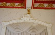 Потолочные кессоны и архивольт в смешении стилей барокко, роккоко.