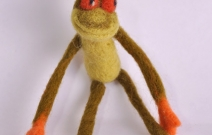Войлочная игрушка — лягушка-царевна.