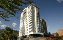 ЖК «Парус», Ижевск. Площадь остекления: 1100 м². Остекление балконов фасадной системой стоечно-ригельного фасада СИАЛ ЭК-45 с распашными и раздвижными створками. Остекление нижнего яруса балконов закаленным стеклом Matelux Planibel Green.